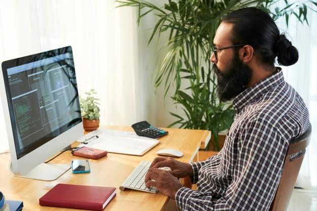 Servizi di rendering, persona al computer che progetta