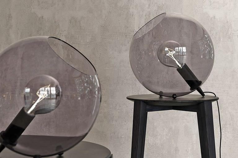 Rendering di prodotto, lampade di design per comodini con protezione in vetro.