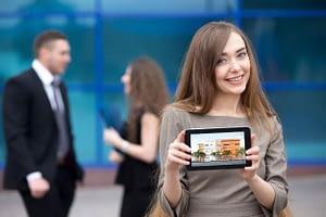 servizi di rendering 3d - ragazza con tableto che mostra un render